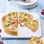 Rhabarberkuchen mit Pudding und Schmand
