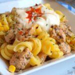 Nudelsalat mit Hähnchenfleisch und einem pikanten Dip